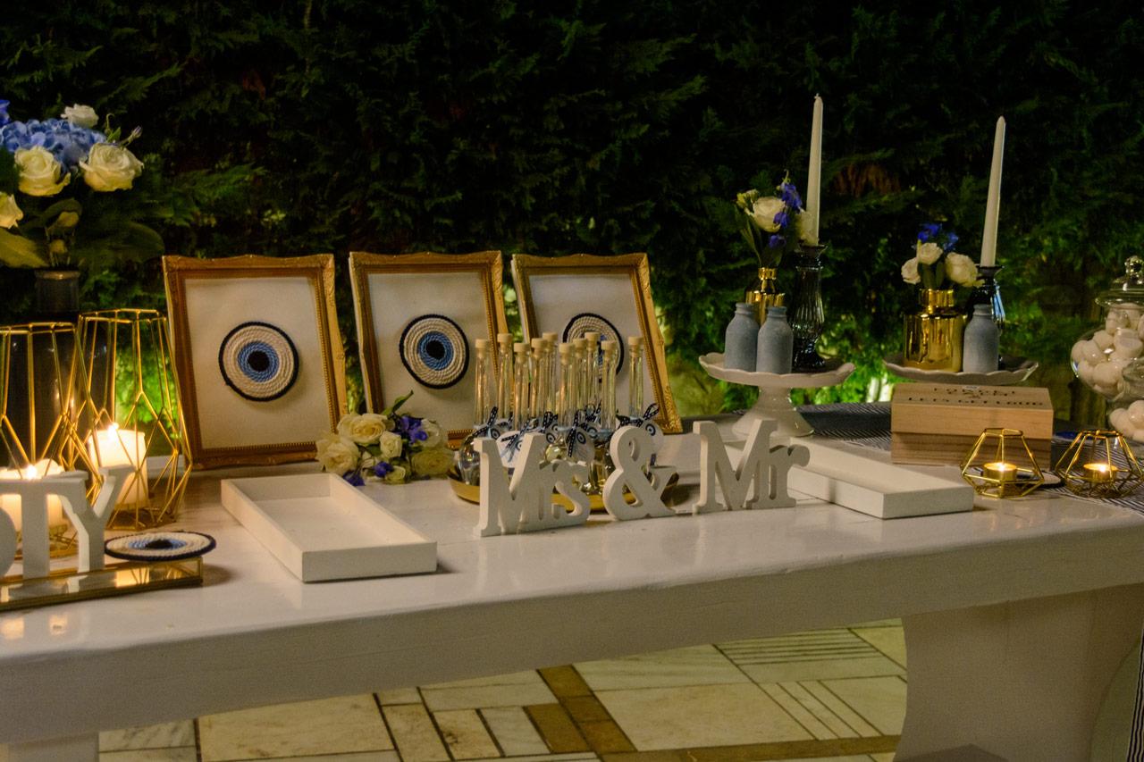 Τραπέζι ευχών με κεντρικό στοιχείο το μπλε μάτι για τη διακόσμηση της δεξίωσης του γάμου και της βάπτισης