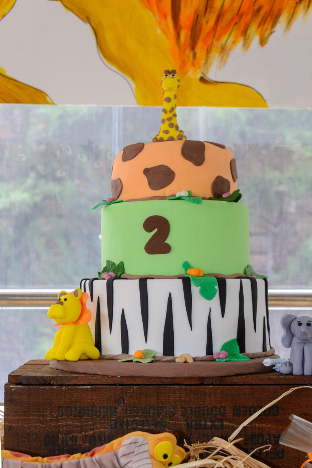 τούρτα γενεθλίων με τρία επίπεδα και θέμα τα ζώα της σαβάνας