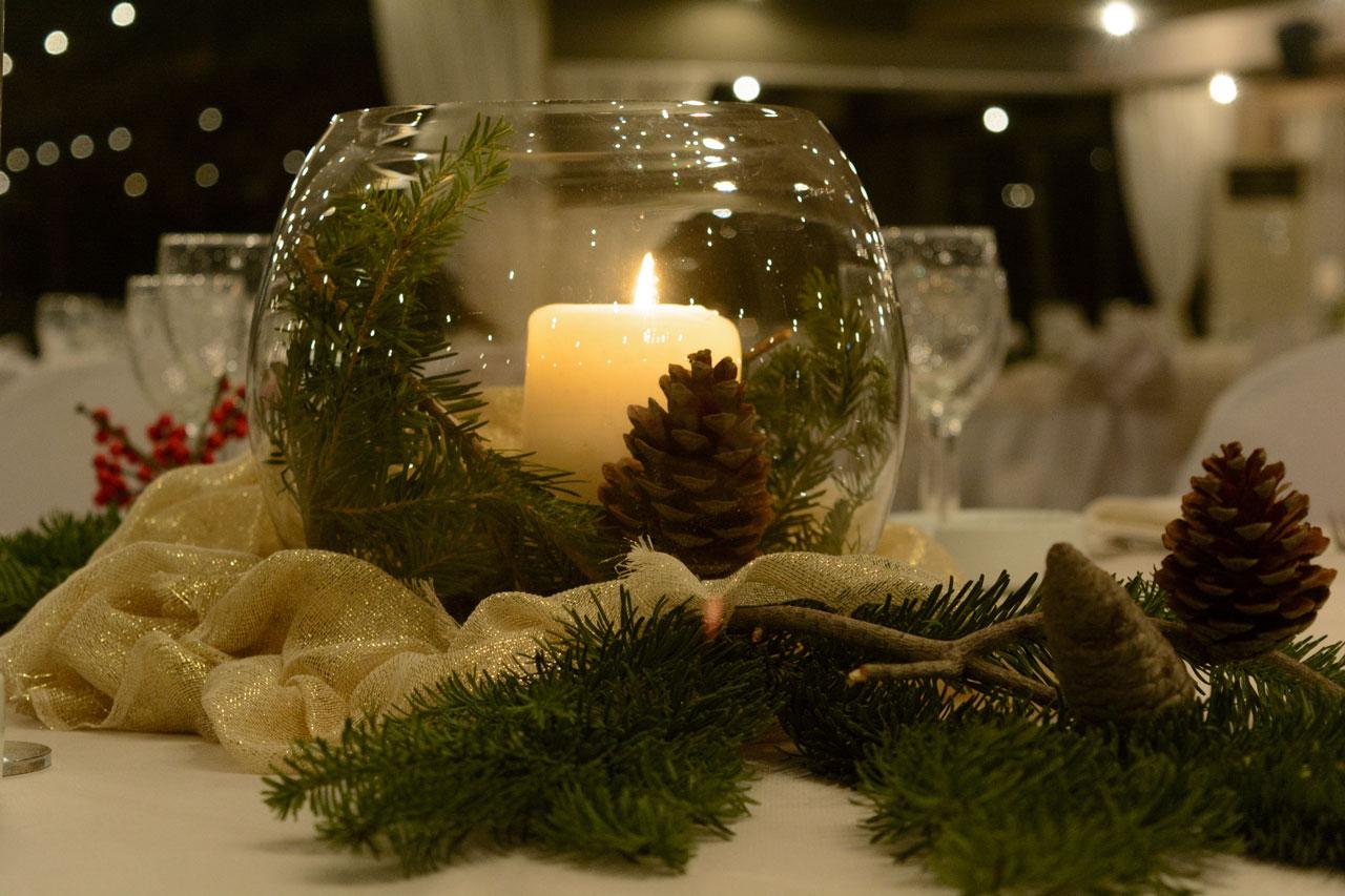Χριστουγεννιάτικος γάμος με γιορτινό στολισμό στα κόκκινα