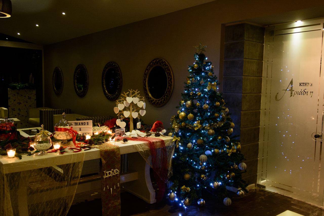 Η είσοδος της αίθουσας βάζει τους καλεσμένους σε γιορτινή διάθεση
