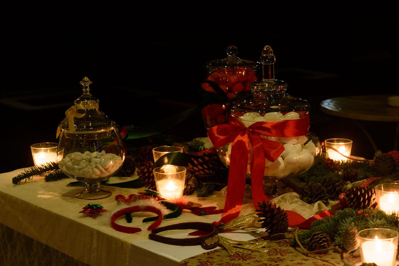 Γιορτινό τραπέζι ευχών στα κόκκινα και πράσινα