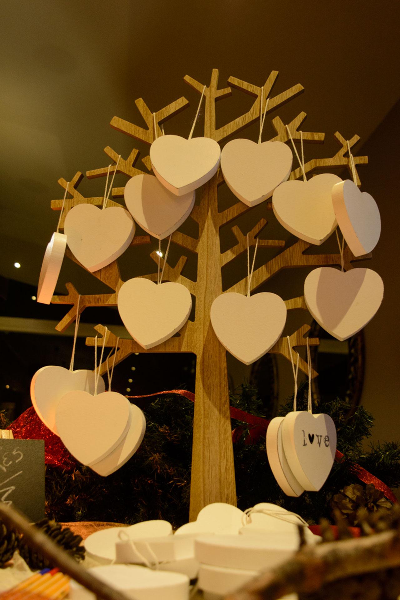 Το δεντράκι των ευχών με τις ξύλινες καρδούλες για να γράψουν οι καλεσμένοι τις ευχές τους