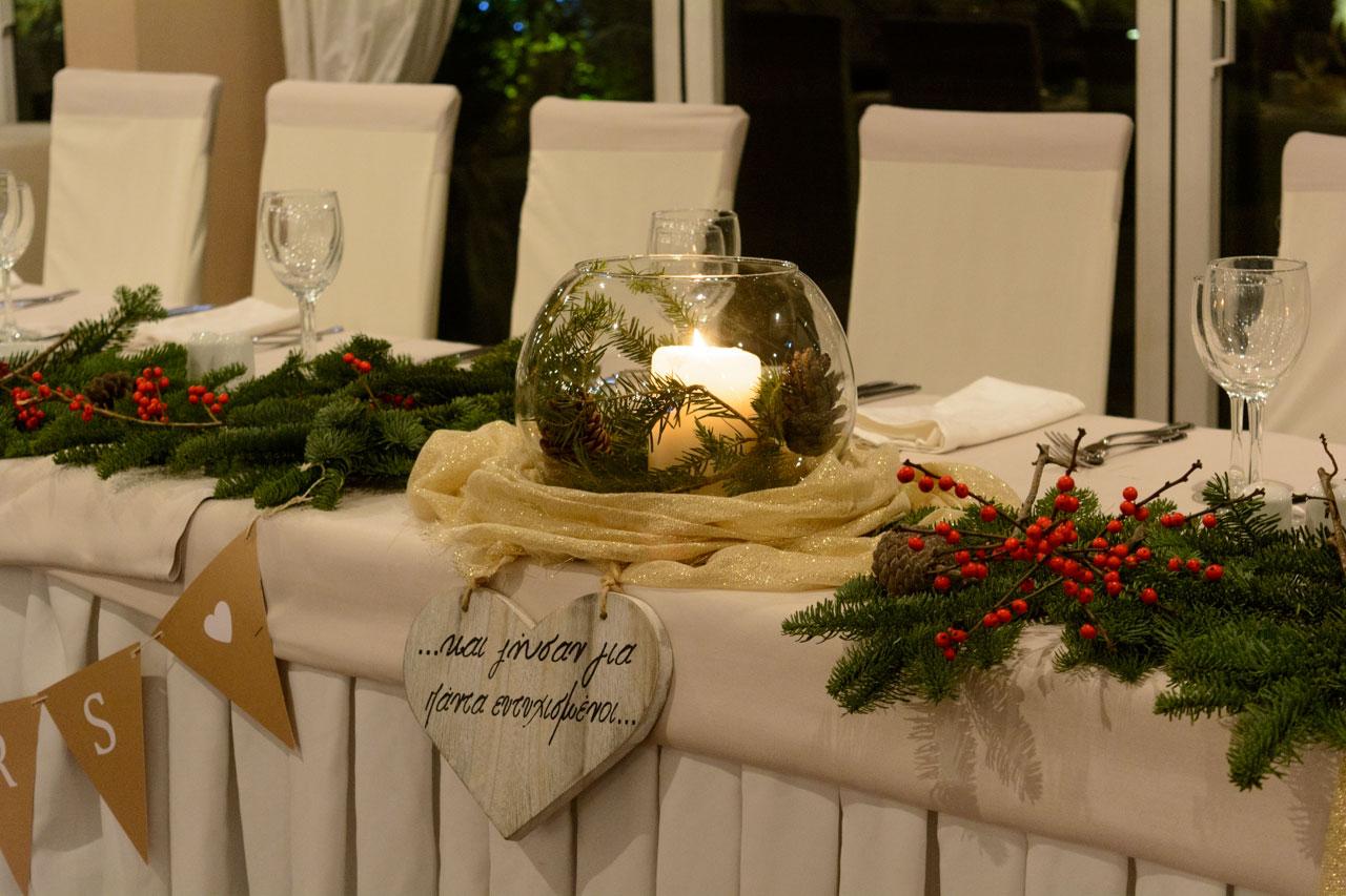 Γυάλες με κεριά στολίζουν τα τραπέζια της δεξίωσης και το γαμήλιο τραπέζι