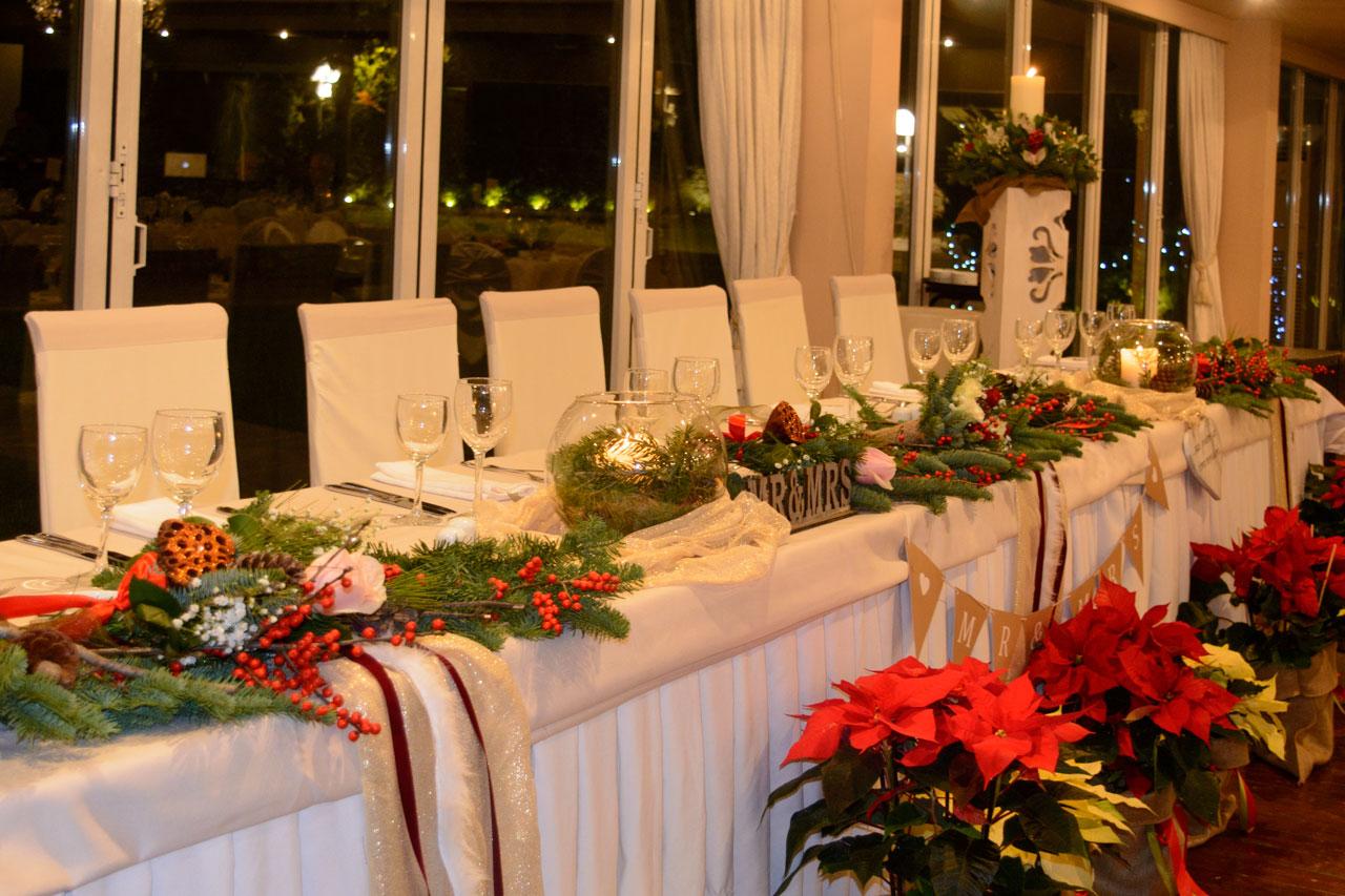 Χριστουγεννιάτικος στολισμός για το νυφικό τραπέζι
