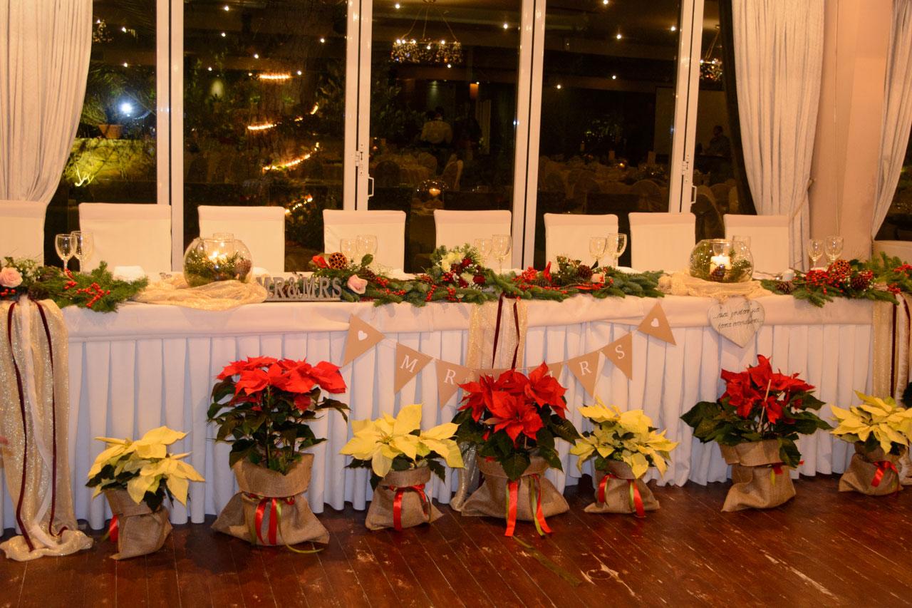 Το νυφικό τραπέζι στολισμένο χριστουγεννιάτικα