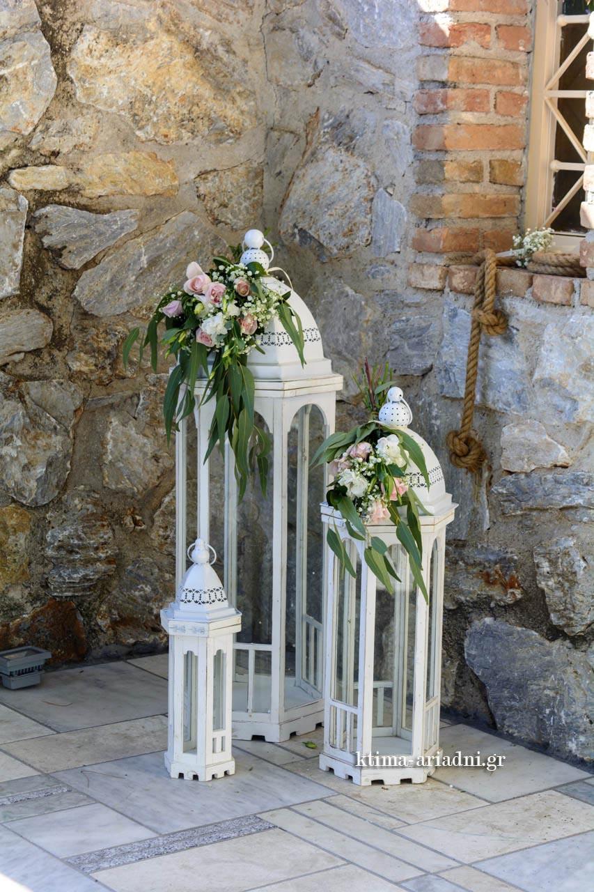 Λευκά φανάρια στολισμένα με λουλούδια