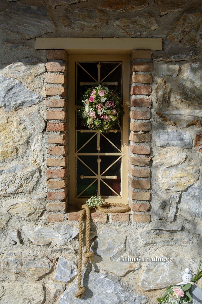 Στολισμός στα παράθυρα της εκκλησίας