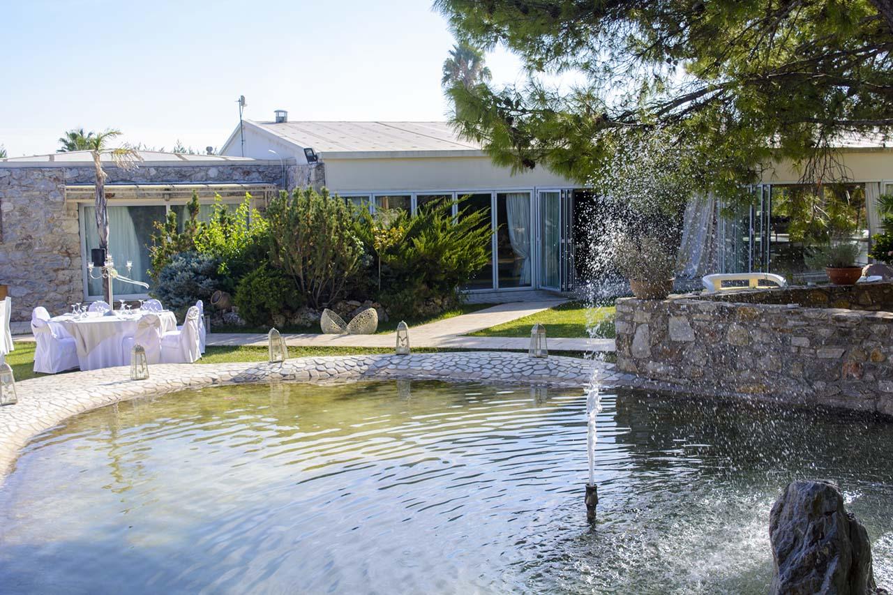 Οι υπέροχοι κήποι του κτήματος Αριάδνη με το συντριβάνι στη λιμνούλα
