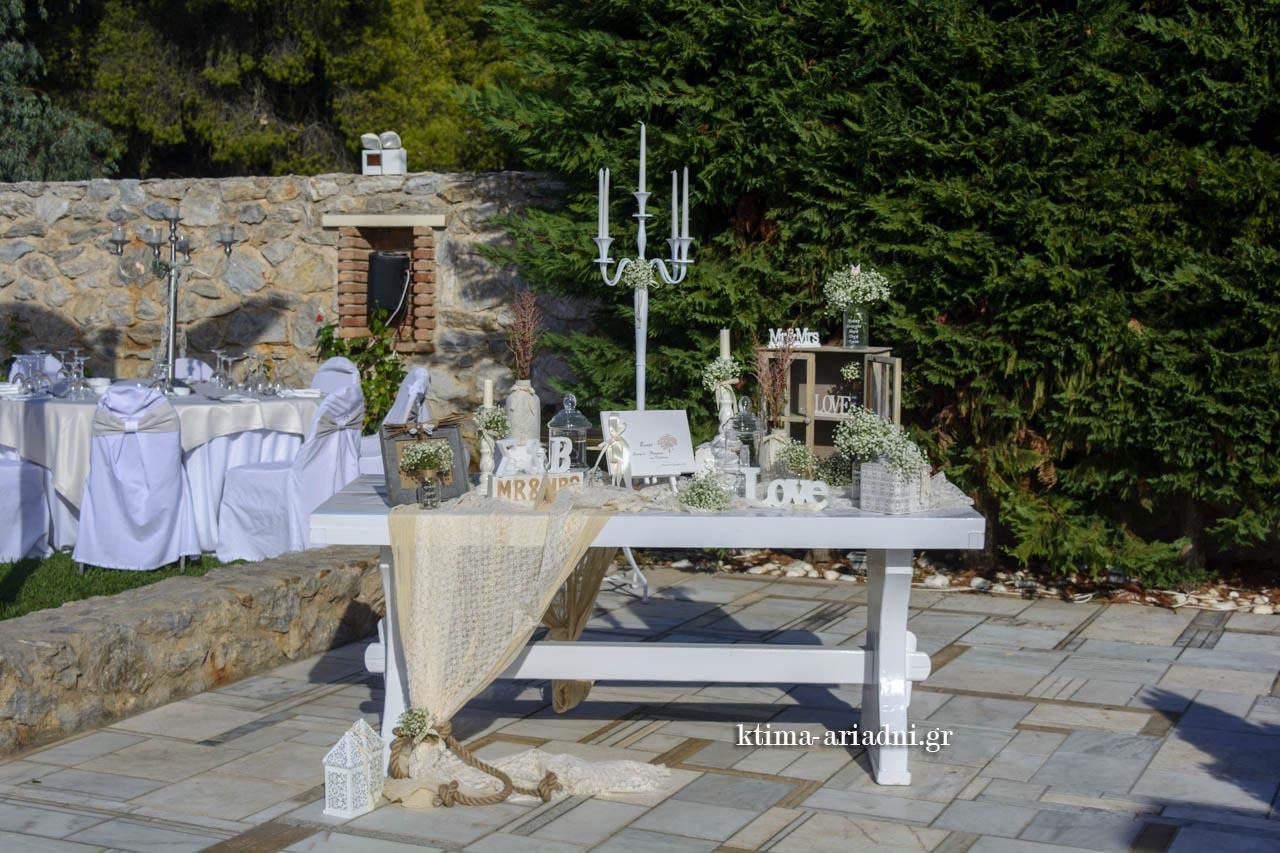 Λευκά και μπεζ χρώματα για το τραπέζι με το βιβλίο ευχών