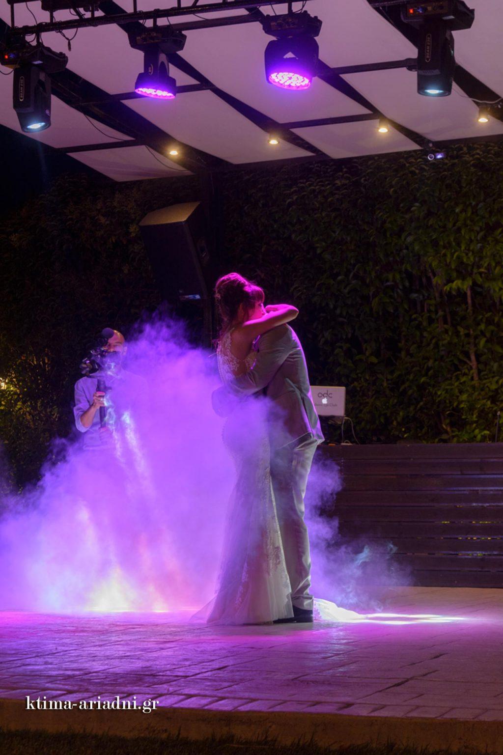 Εφέ καπνού και φωτισμού κατά τη διάρκεια του πρώτου χορού του ζευγαριού