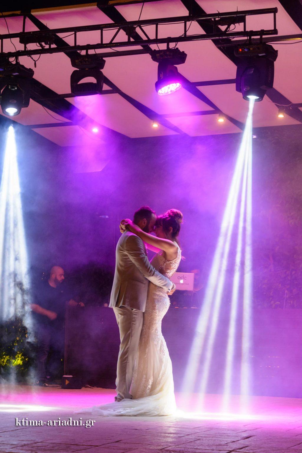 Στιγμιότυπο από τον πρώτο χορό του ζευγαριού