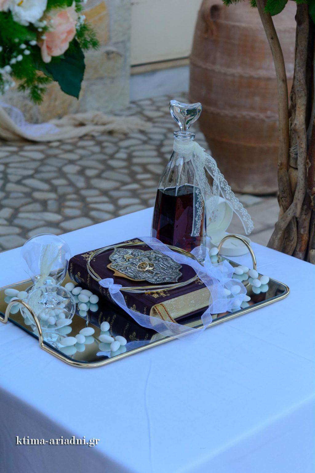 Στολισμένος ο δίσκος με τα στέφανα γάμου