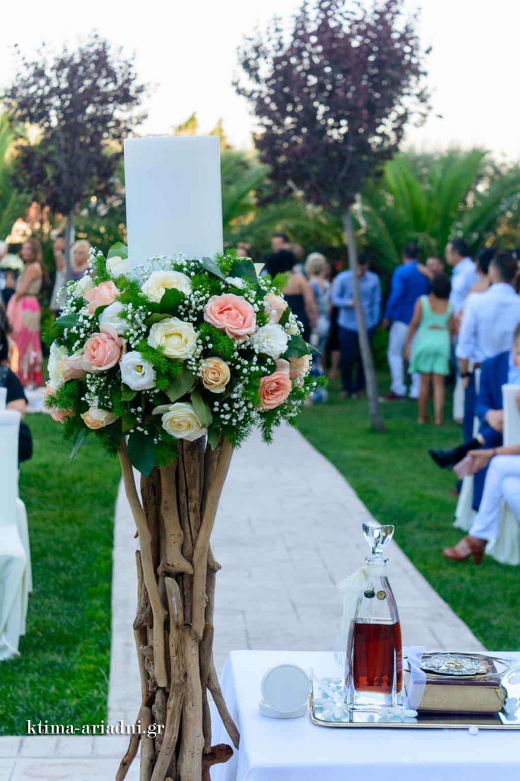 Οι καλεσμένοι αναμένουν την άφιξη της νύφης