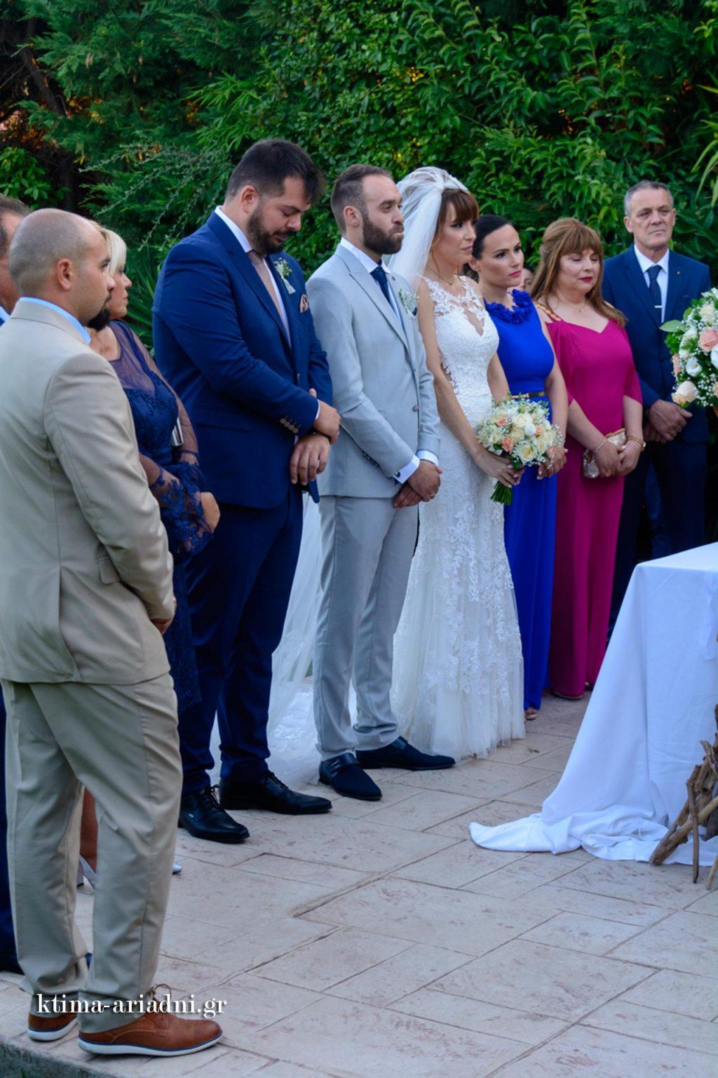 Η ώρα του γάμου στο εκκλησάκι