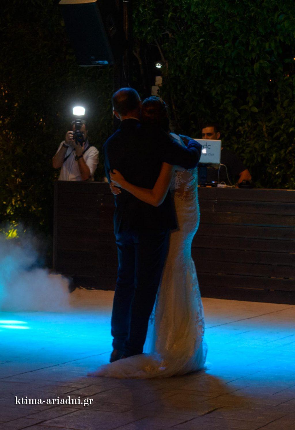 Η νύφη χορεύει με τον πατέρα της