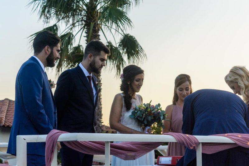 Η στιγμή των τελικών υπογραφών μετά τον γάμο