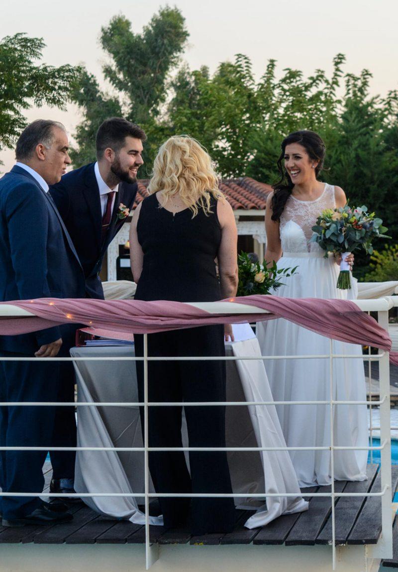 Η χαρά αποτυπώνεται στα χαμόγελα του νιόπαντρου ζευγαριού