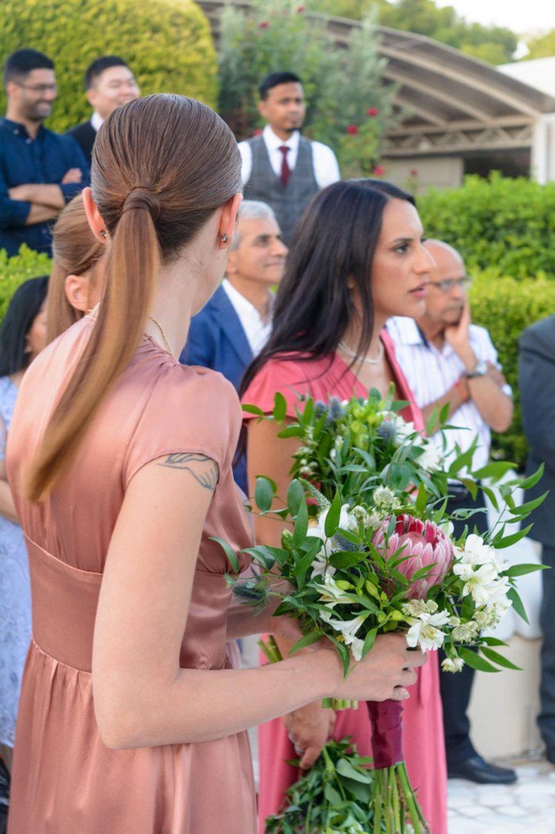Εντυπωσιακά μπουκέτα για τις bridesmaids στο γενικότερο ύφος του στολισμού