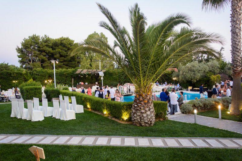 Πολιτικός γάμος στο κτήμα Αριάδνη, πάνω στο γεφυράκι της πισίνας