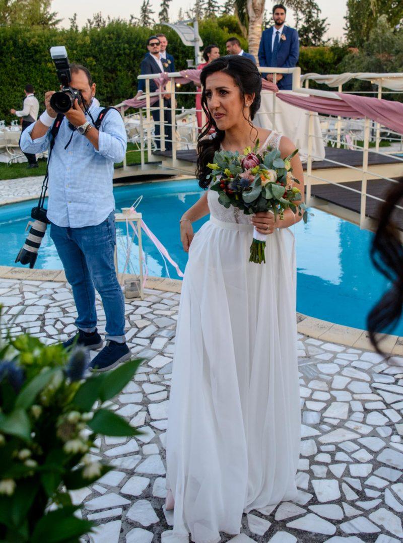 Η νύφη πλησιάζει τους αγαπημένους της, που της εύχονται για την νέα ζωή που ξεκινά