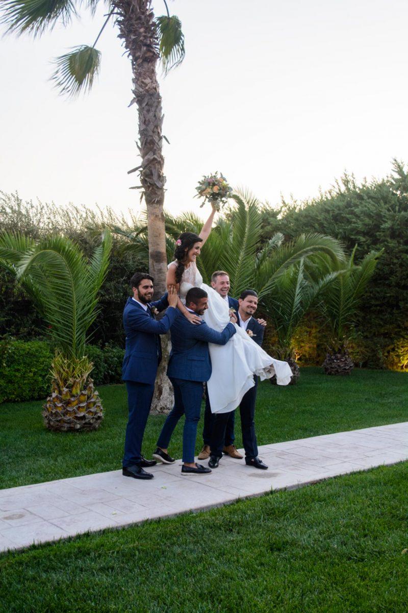 Τυχερή η νύφη! Φαίνεται πόσο την αγαπούν οι φίλοι του γαμπρού