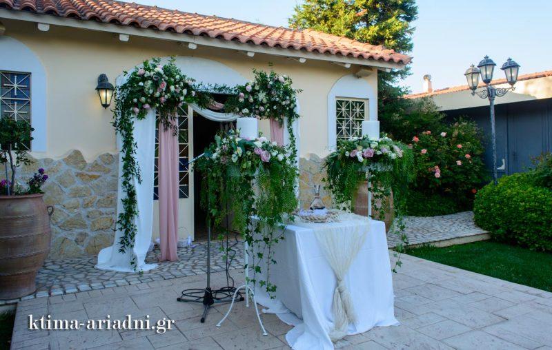 Διακόσμηση εκκλησίας με greenery και τριαντάφυλλα