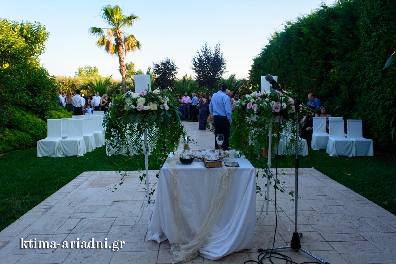 Όλα έτοιμα για τον γάμο στο εκκλησάκι