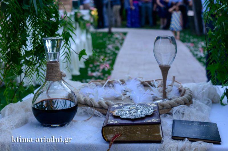 Ο δίσκος με τα στέφανα, η καράφα με το κρασί και το ευαγγέλιο, έτοιμα για το μυστήριο του γάμου