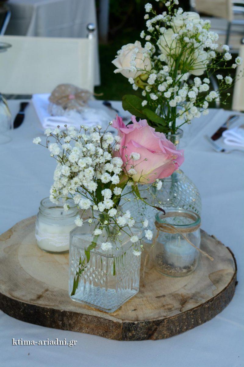 Κεντρικός στολισμός με ξύλο και vintage βαζάκια με λουλούδια