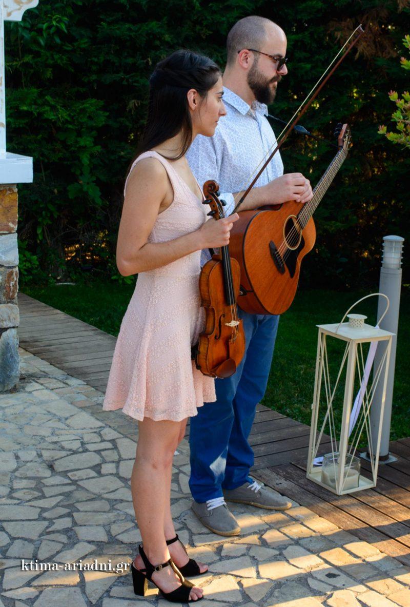 Οι μουσικοί αναμένουν την άφιξη της νύφης για να τη συνοδεύσουν στην εκκλησία