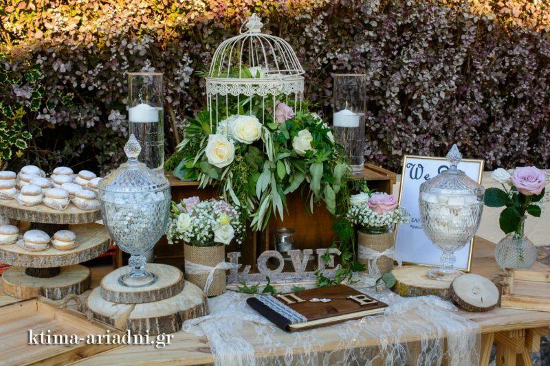 Σε γήινους τόνους και το τραπέζι των ευχών, που είναι επίσης γεμάτο με γλυκά κεράσματα και κουφέτα