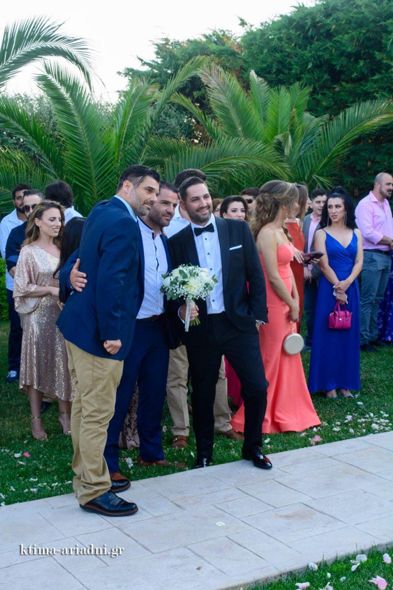 Ο γαμπρός όσο περιμένει γίνεται ο πρωταγωνιστής στις φωτογραφίες