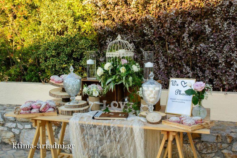 Το τραπέζι ευχών και candy bar για την υποδοχή των καλεσμένων