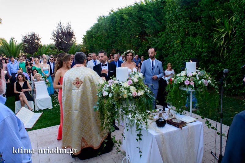 Στιγμιότυπο από τον γάμο στο εκκλησάκι του κτήματος