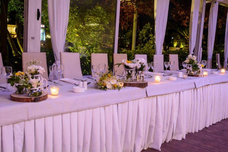 γαμήλιο τραπέζι με φόντο τον κήπο boho-style-gamos-vaptisi-ktima-ariadni_0987