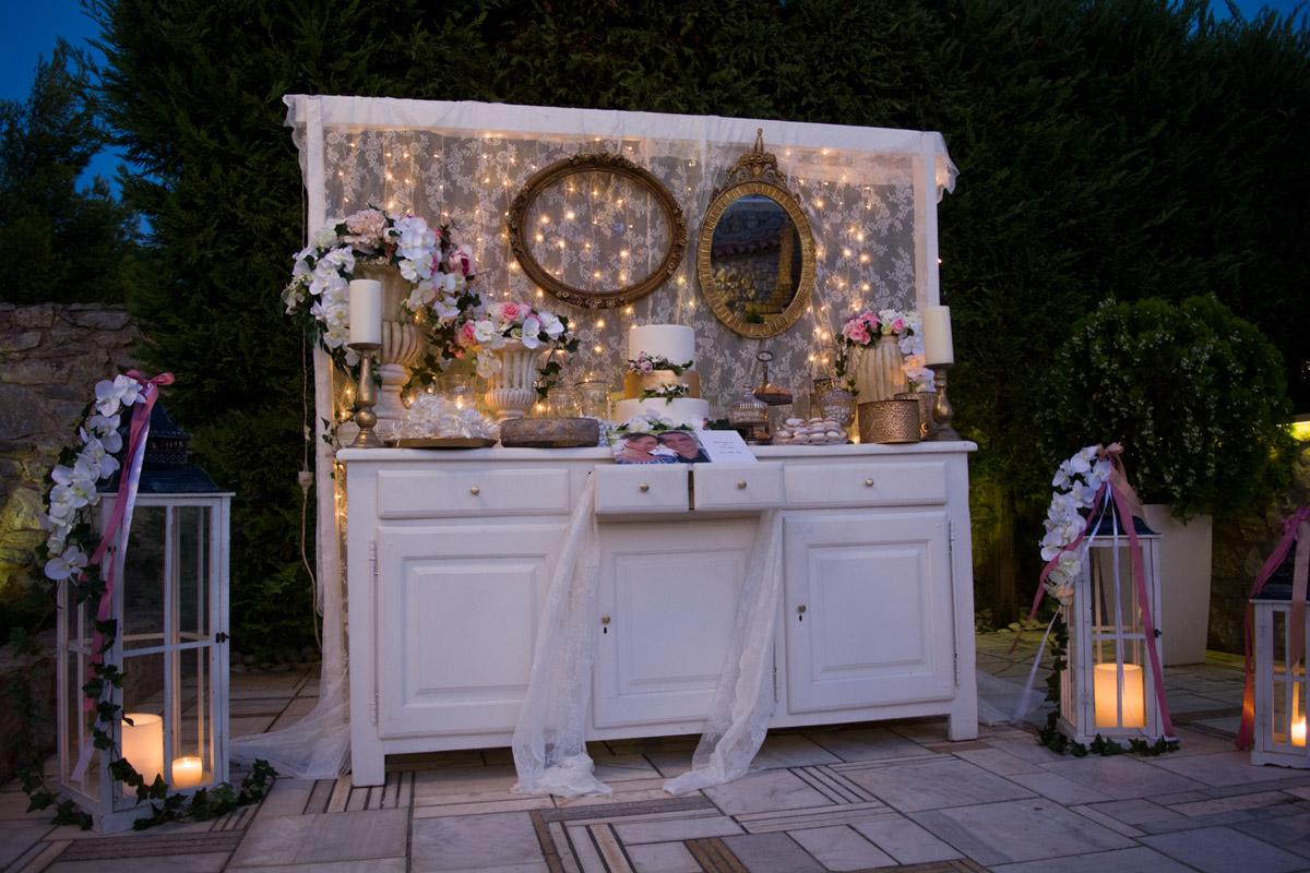 Φωτάκια στολίζουν το τραπέζι για το καλωσόρισμα των καλεσμένων