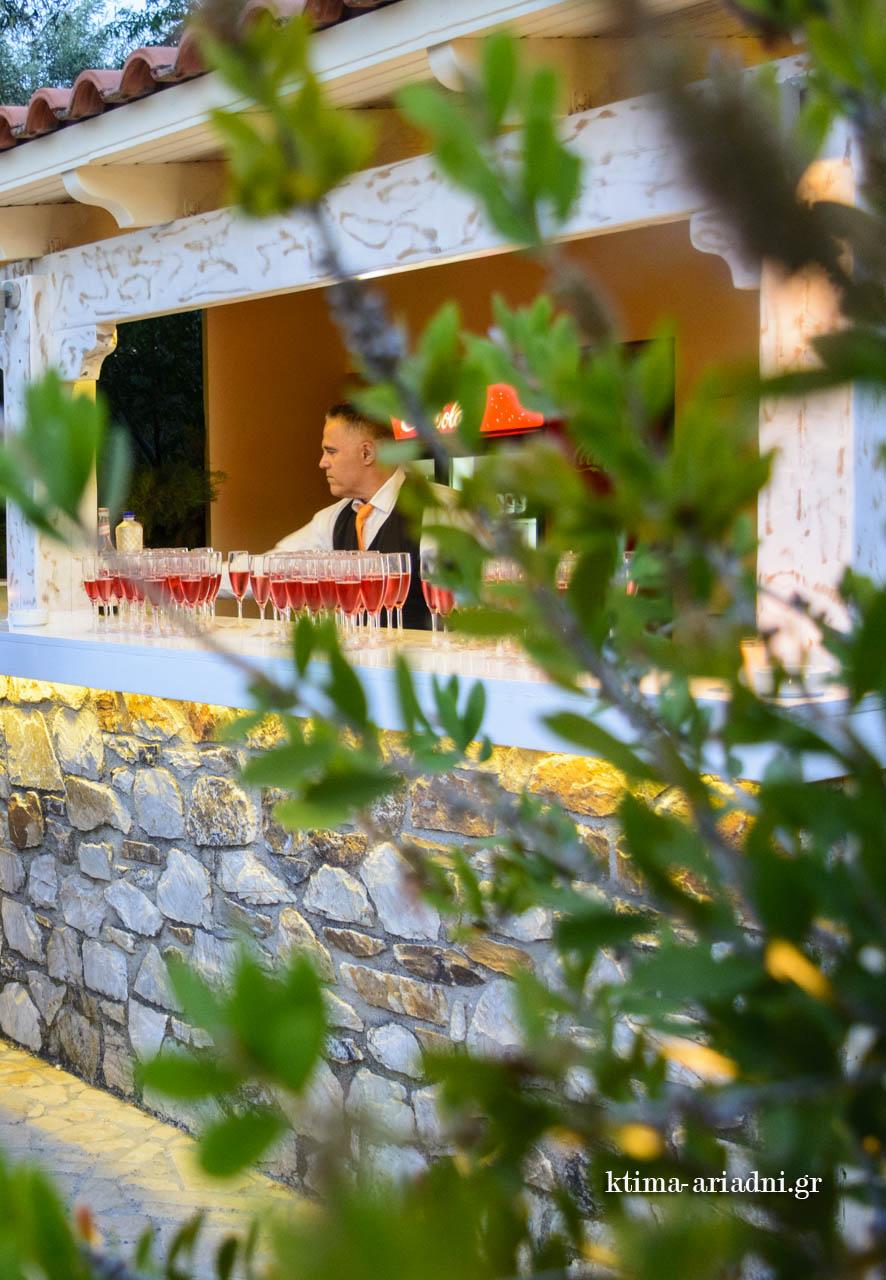 Άποψη από το εξωτερικό πέτρινο μπαρ στο κτήμα Αριάδνη, χώρος Κνωσσός