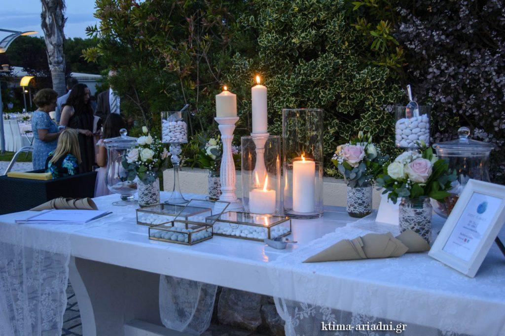 Η διακόσμηση στο τραπέζι ευχών είχε ρομαντικό χροιά