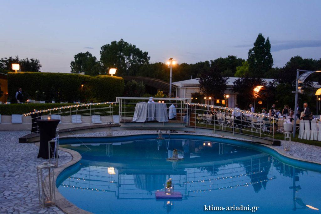 Άποψη του εξωτερικού χώρου με την πισίνα στο κτήμα Αριάδνη