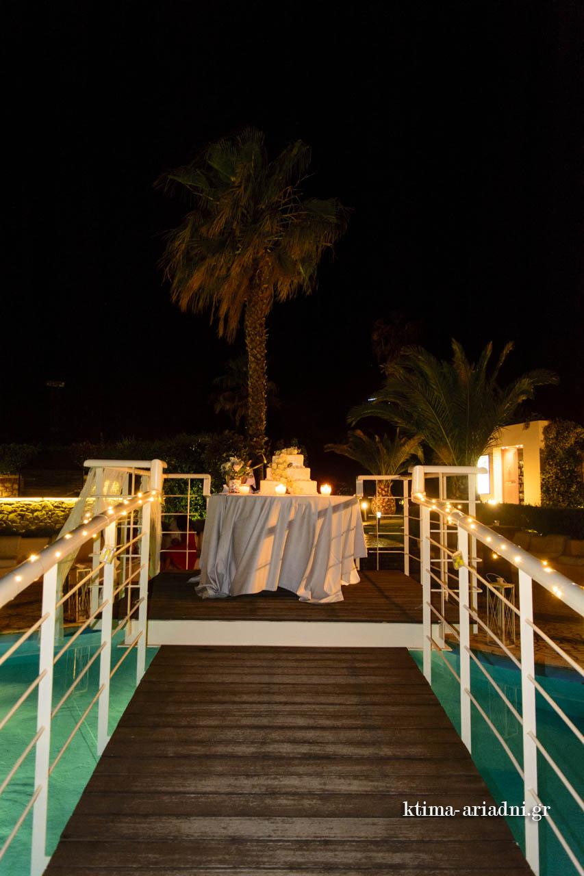Η γαμήλια τούρτα πάνω στο γεφυράκι της πισίνας