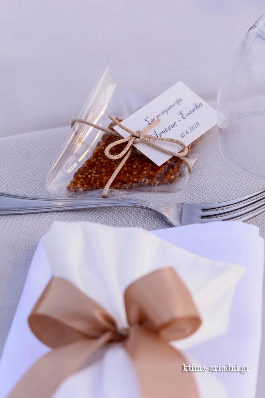 Χειροποίητο παραδοσιακό γλύκισμα μαζί με τη μπομπονιέρα στις θέσεις των καλεσμένων στα τραπέζια