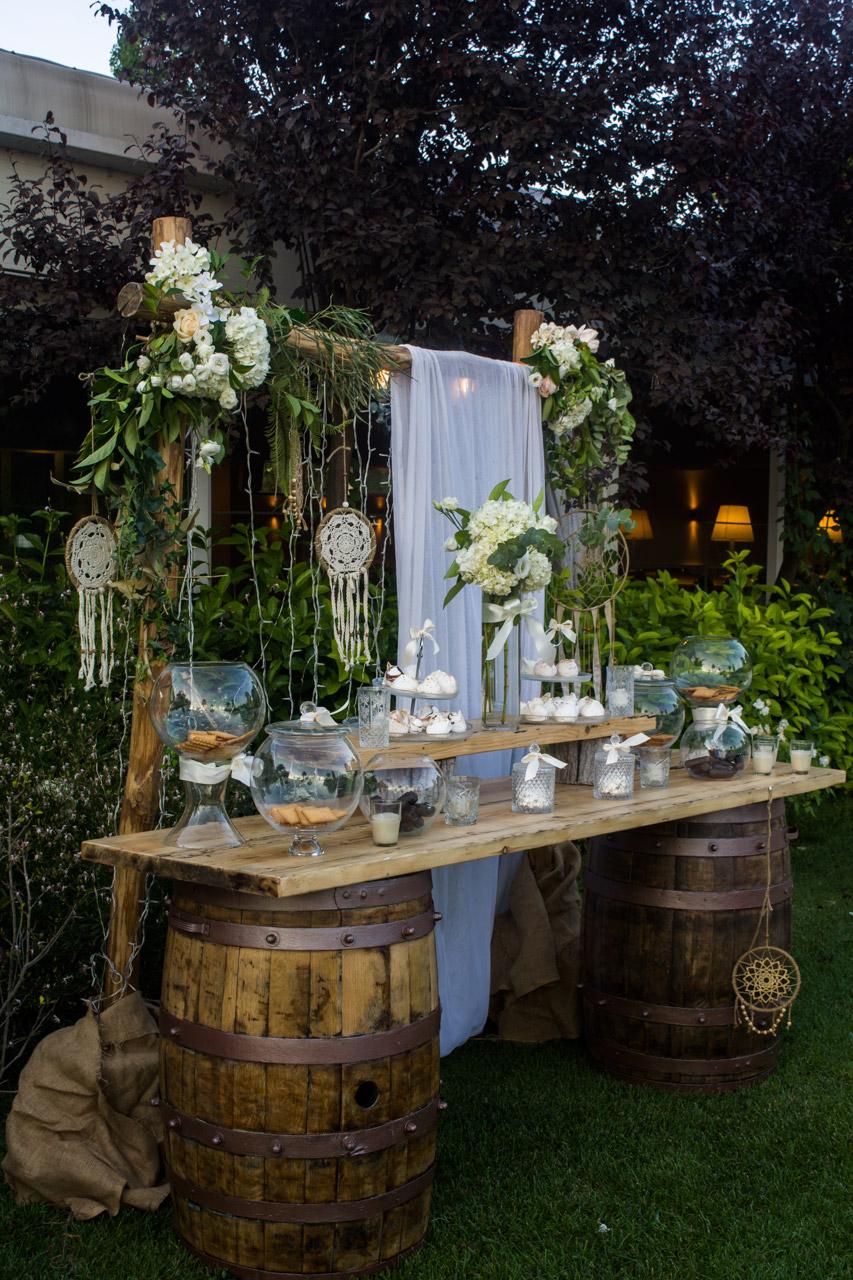 Τραπέζι ευχών σε βάση από ξύλινα βαρέλια