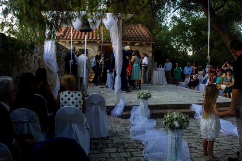 Στιγμιότυπο από τον γάμο στο εκκλησάκι του Αγίου Γεωργίου στο κτήμα Αριάδνη