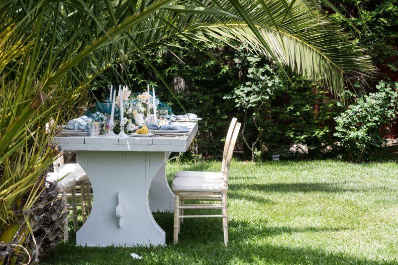 Μοναστηριακό λευκό τραπέζι διακοσμημένο για τη γαμήλια δεξίωση