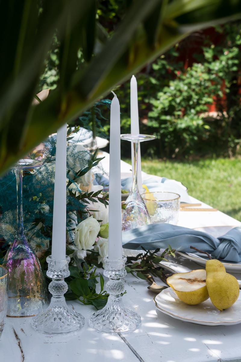 Art de la table με κεριά σε κρυστάλλινα κηροπήγια και λουλούδια